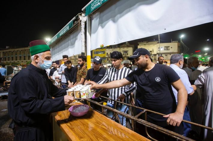 A renewed heritage during the month of Ramadhan: Distributing tea in the vicinity of the shrine of Aba al-Fadl al-Abbas (peace be upon him). - The holy city of Karbala like the other Iraqi cities is characterized by a set of customs and traditions, as during the holy month of Ramadhan, the Sayeds servants from the descendants of Lady Az-Zahr...